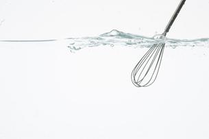 水を掻き混ぜる泡立て器の写真素材 [FYI01456613]
