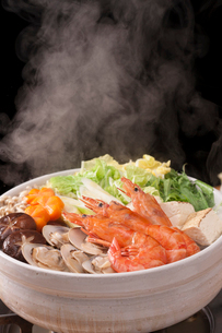 湯気が立つ海鮮鍋の写真素材 [FYI01456614]