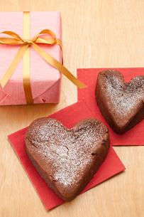 プレゼントボックスとハートのガトーショコラの写真素材 [FYI01456635]