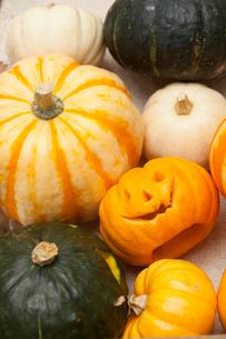 木箱に入ったハロウィンかぼちゃ達の写真素材 [FYI01456638]