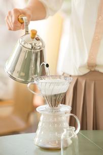 女子会でコーヒーを淹れるの写真素材 [FYI01456707]
