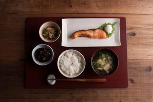 焼き鮭とひじきとほうれん草の白和えとみそ汁の朝ご飯の写真素材 [FYI01456715]