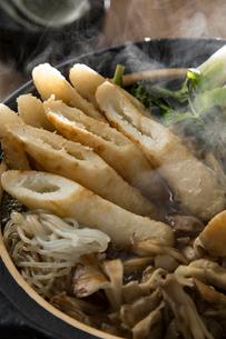 きりたんぽ鍋を作るの写真素材 [FYI01456727]