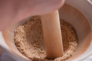 すり鉢でごまをするの写真素材 [FYI01456732]