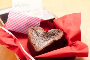 ハッピーバレンタインハートのガトーショコラの写真素材 [FYI01456742]