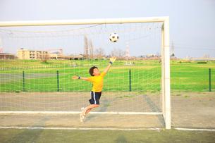 サッカーゴールとキーパーの写真素材 [FYI01456792]