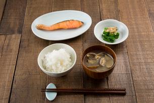 白いご飯、あさりの味噌汁、焼き鮭、菜の花のおひたしの朝食の写真素材 [FYI01456806]