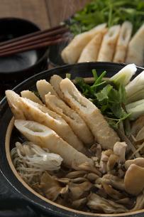きりたんぽ鍋を作るの写真素材 [FYI01456852]