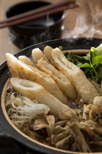 きりたんぽ鍋を作るの写真素材 [FYI01456878]