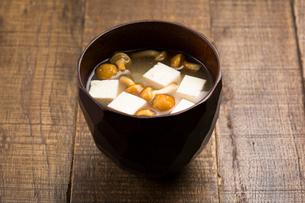 なめこと豆腐の味噌汁の写真素材 [FYI01456892]