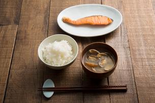 白いご飯、あさりの味噌汁、焼き鮭の朝食の写真素材 [FYI01456898]