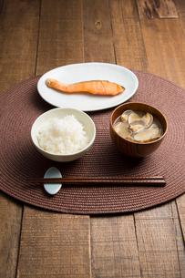 白いご飯、あさりの味噌汁、焼き鮭の朝食の写真素材 [FYI01456957]