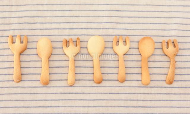 スプーンとフォークの形をしたクッキーの写真素材 [FYI01457048]