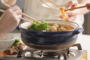 ちゃんこ鍋を囲んで皆で食べるの写真素材 [FYI01457088]