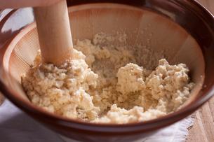 白和え用の豆腐をするの写真素材 [FYI01457127]