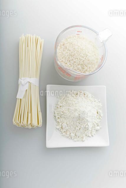 白い食材 小麦粉・乾麺・白米の写真素材 [FYI01457230]