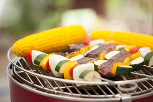 串に刺した野菜とトウモロコシを焼くの写真素材 [FYI01457265]