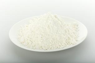 白い皿にのった小麦粉の写真素材 [FYI01457614]