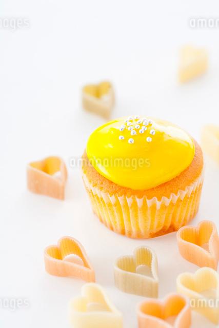 散りばめたハートときいろカップケーキの写真素材 [FYI01457883]