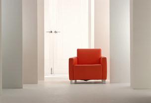 赤いソファーと連なる壁の空間の写真素材 [FYI01458071]