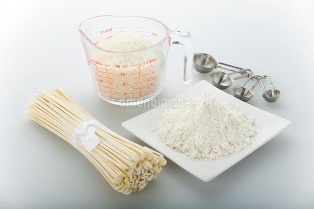 白い食材 小麦粉・乾麺・白米の写真素材 [FYI01458091]