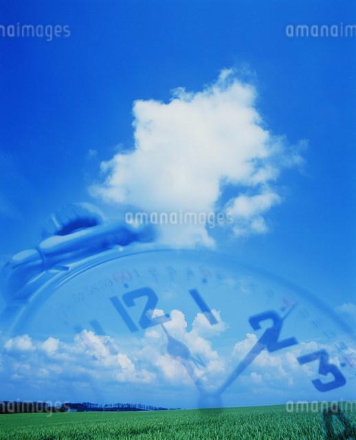 空と時計のイメージのイラスト素材 [FYI01458350]
