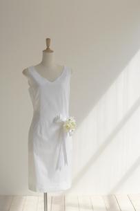 人型に着せた白いワンピースとブーケの写真素材 [FYI01458461]