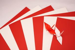 紅白の紙と紅白の折り鶴の写真素材 [FYI01458463]