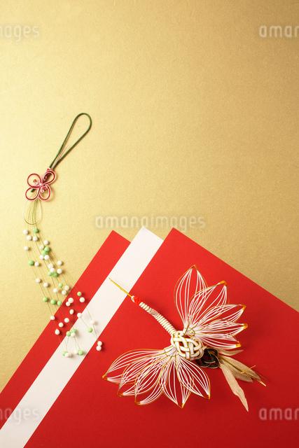 紅白の紙と鶴の水引の写真素材 [FYI01458483]
