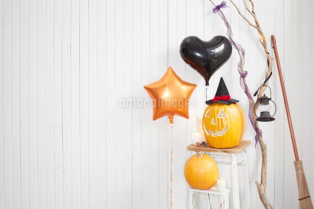 ハロウィンパーティーの飾りつけをした部屋の写真素材 [FYI01458577]
