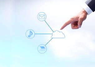 青い背景にメールとパソコンと音符が描かれそれを指差す男の手の写真素材 [FYI01458579]
