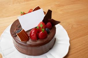 テーブルのクリスマスケーキの写真素材 [FYI01458586]