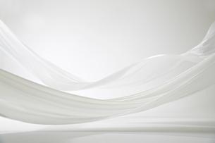 風になびく白い大きな布の写真素材 [FYI01458649]