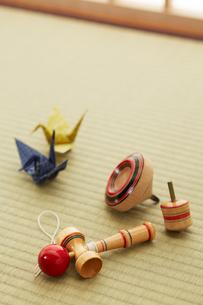 畳の上の折り鶴とおもちゃの写真素材 [FYI01458658]