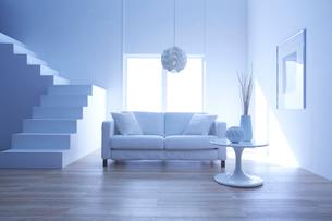 光の入る明るく白い部屋にあるソファーと白い階段の写真素材 [FYI01458774]