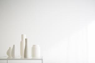 白壁と花瓶の写真素材 [FYI01458814]