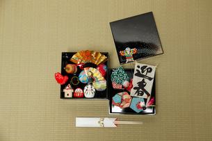 畳の上の重箱に入った正月のオブジェの数々の写真素材 [FYI01458882]