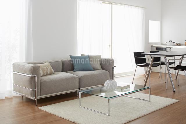 グレーのソファーが在るリビングの写真素材 [FYI01458901]