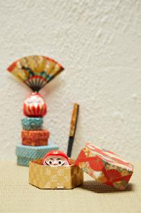 ミニだるまと千代紙で出来た箱とお手玉の写真素材 [FYI01458908]