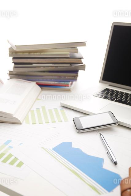 白い机のノートパソコンと資料ノート等の写真素材 [FYI01458945]