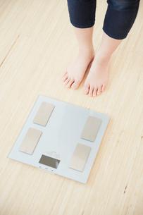 体重計と女性の足元の写真素材 [FYI01458954]