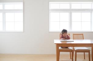 窓辺でお絵かきをする女の子の写真素材 [FYI01458974]