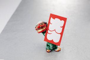 ミニ獅子舞のオブジェと大入袋の写真素材 [FYI01459034]
