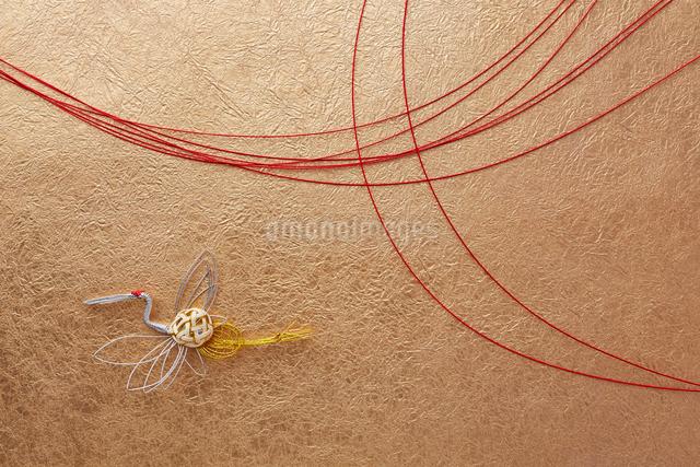 赤い水引と金色の和紙と鶴の熨斗飾りの写真素材 [FYI01459079]