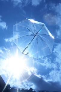 空飛ぶビニール傘の写真素材 [FYI01459092]