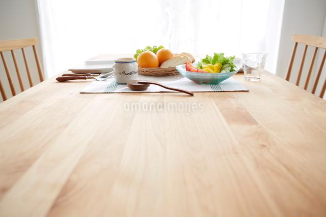 明るい窓際のテーブルでの朝食の写真素材 [FYI01459135]
