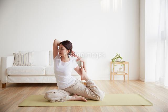 ヨガをする若い女性の写真素材 [FYI01459144]
