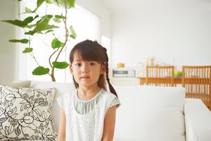 リビングソのファーに座る女の子の写真素材 [FYI01459179]