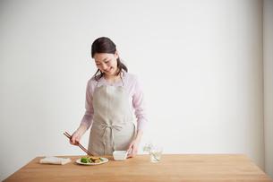 お弁当を作る若い女性の写真素材 [FYI01459180]
