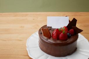 テーブルのクリスマスケーキの写真素材 [FYI01459272]